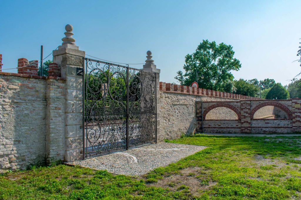Mura di cinta, binari per l'apertura del cancello
