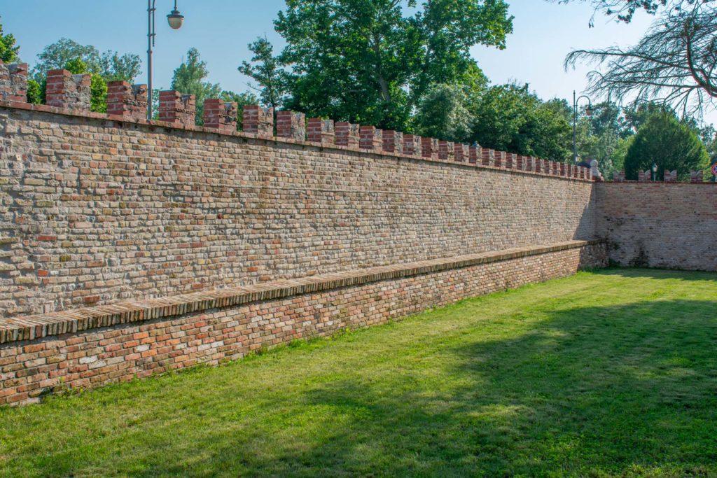 Mura di cinta, lato via Lucina Savorgnan Giulietta, interno