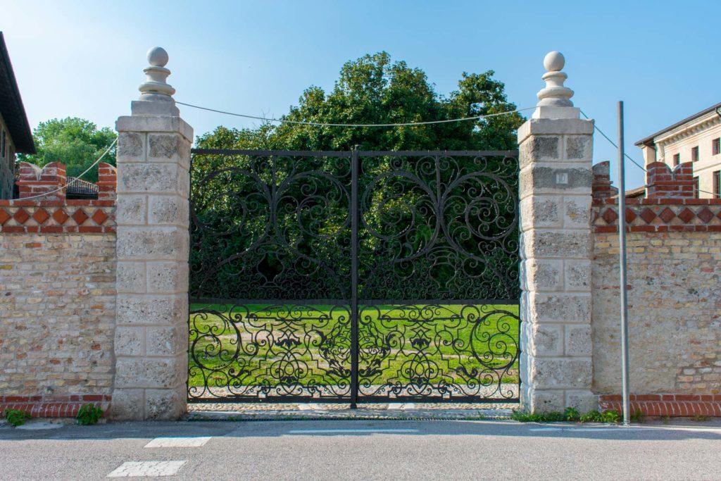 Portone d'ingresso ottocentesco in ferro battuto